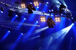 Stromverteiler von INDU-ELECTRIC sorgen für eine Bühnenbeleuchtung.