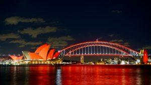 Sie sehen eine beleuchtete Brücke in Sydney - dank Stromverteilern von INDU-ELECTRIC.
