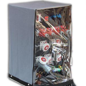 Sie sehen ein Bild von einem Stromverteiler unter einer Schutzhaube.